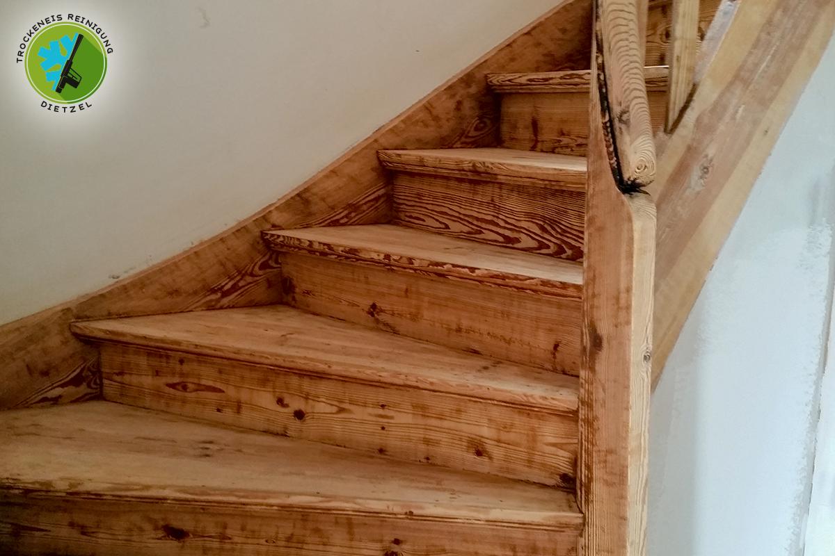 Turbo Holztreppe von Farbe befreien - Trockeneisreinigung Dietzel NL19
