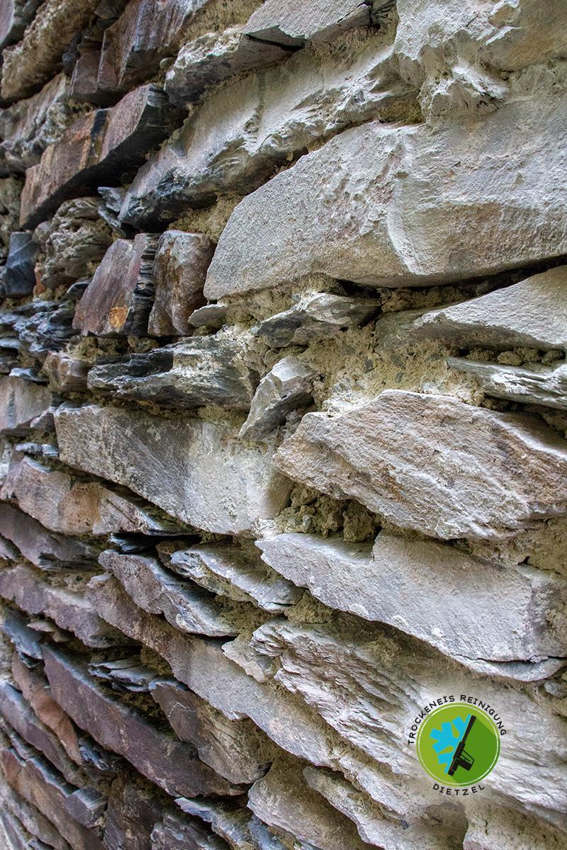 Bruchsteinmauer,-Schiefermauer, Natursteinmauer, reinigen, trockeneisreinigung Dietzel, mobieles Sandstrahlen