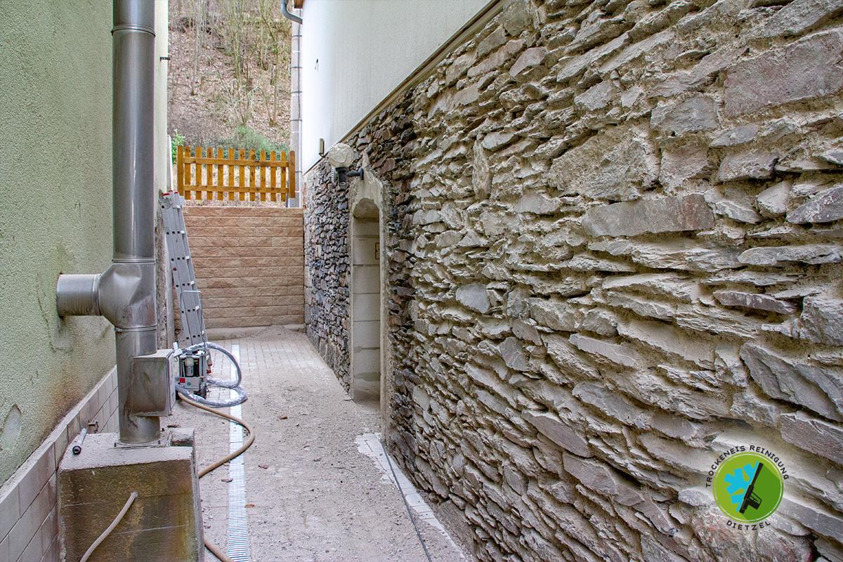 Mobiles Sand und Trockeneisstrahlen Dietzel, Natursteinmauer, Bruchsteinmauer, putz entfernen, Reinigen, säubern