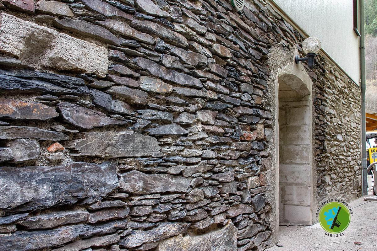 Natursteinmauer reinigen, Bruchsteinmauer säubern, mobile Sandstrahlarbeiten dietzel, Trockeneisreinigung Dietzel