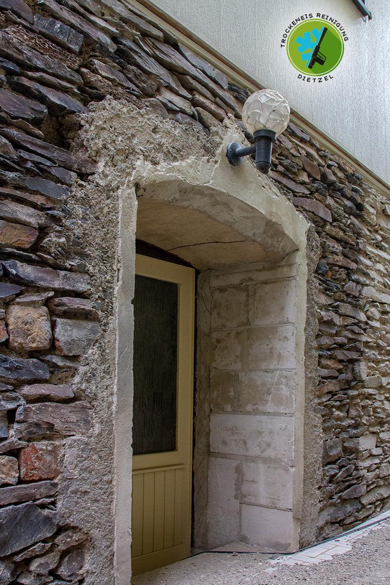 Sandsteineinpassung,-Bruchsteinmauer