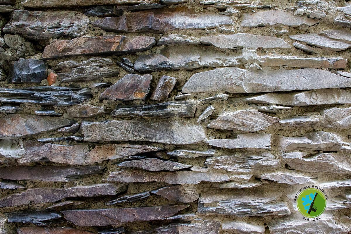 Bruchsteinmauer reinigen, Naturtein säubern, Trockeneisreinigung Dietzel, mobiles Sandstrahlen